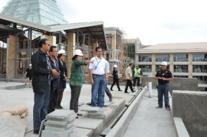 Minister Mari Elka Pangestu surveys on Mulya Hotel construction, Nusa Dua, 25 August 2012.